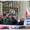 Manifestation devant la deumeure de Liz