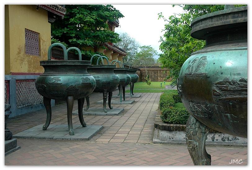 Huê – Temple du culte des Empereurs Nguyen Thé Mieu – Les urnes dynastiques en bronze