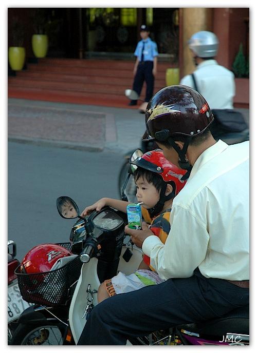 Hociminville – Père et fils sur scooter